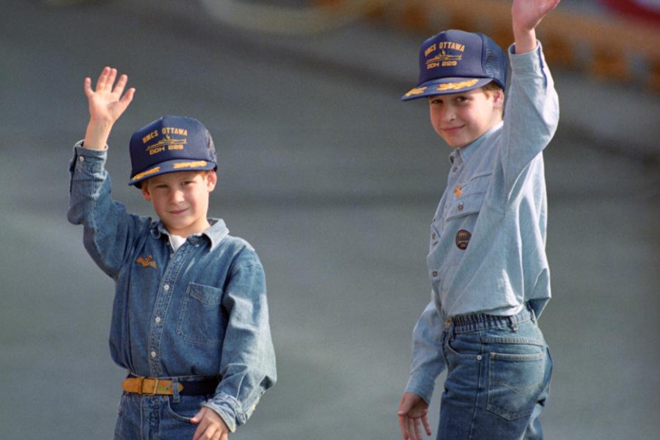Kanada, Toronto: William (9, r.) und sein Bruder Harry (7) tragen Baseballmützen, die ihnen von der Besatzung der kanadischen Fregatte HMCS Ottowa nach einer Besichtigung geschenkt wurden.