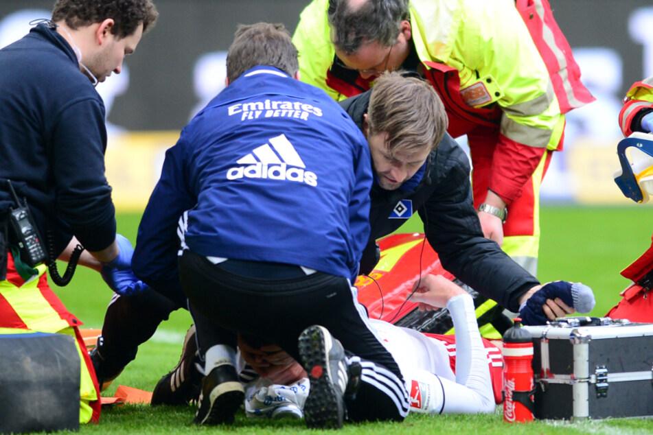 Die Ärzte kümmerten sich auf dem Platz um den sichtlich angeschlagenen Jordan Beyer.