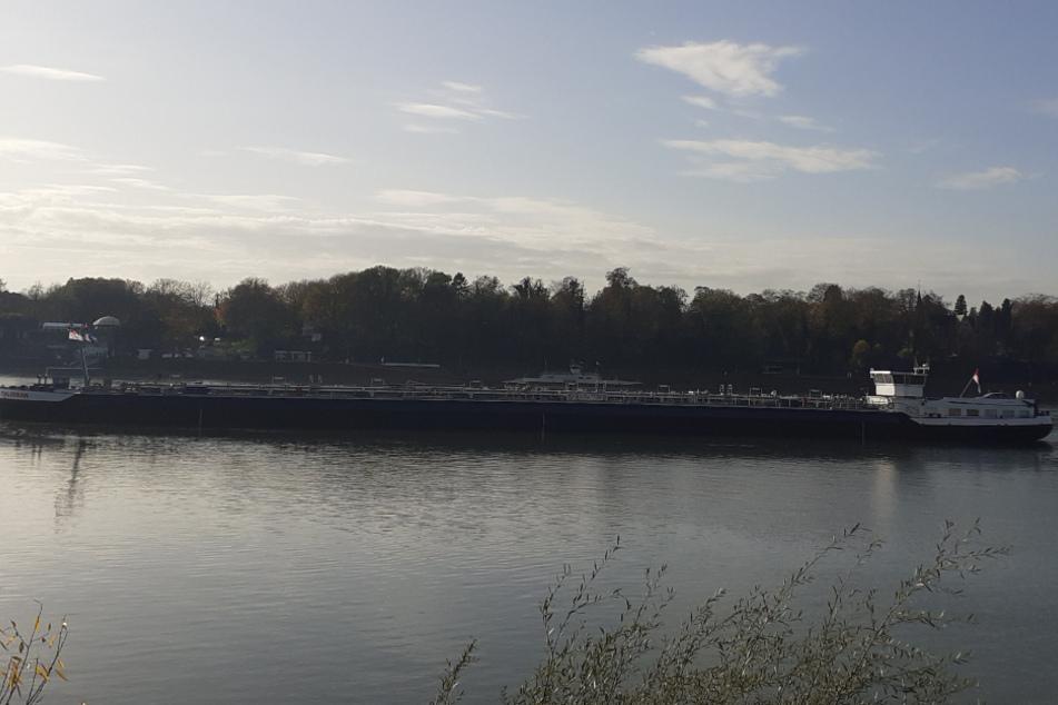 Schiff mit Ethanol läuft auf Rhein auf Grund: Rettung gelingt