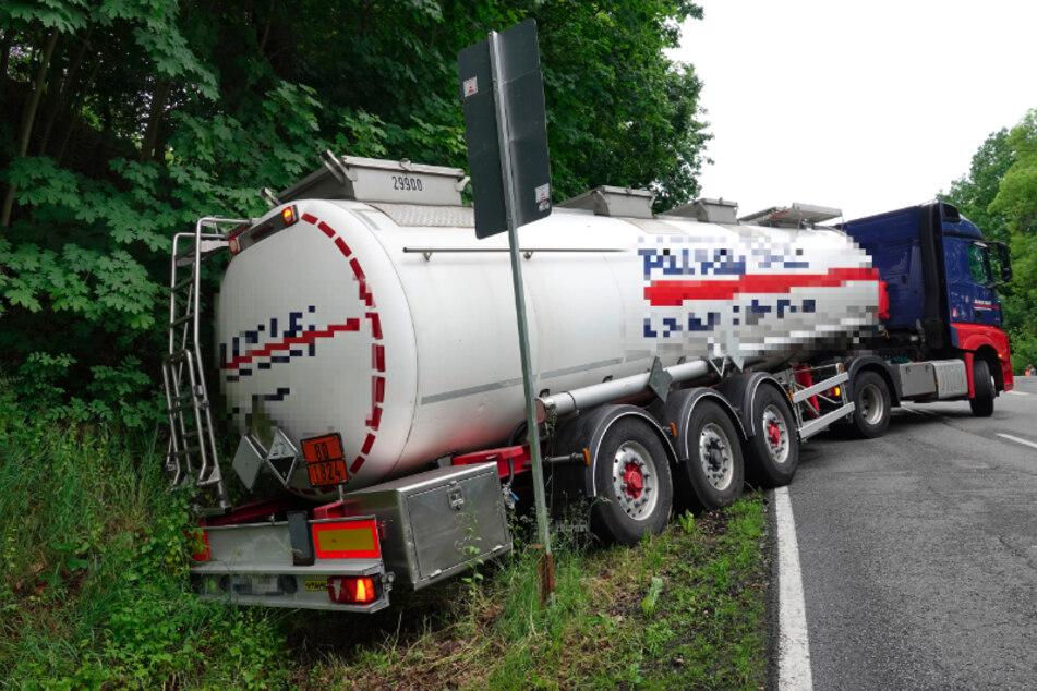 Ein Chemie-Laster landete am Freitagmorgen in einem Straßengraben bei Rochlitz.