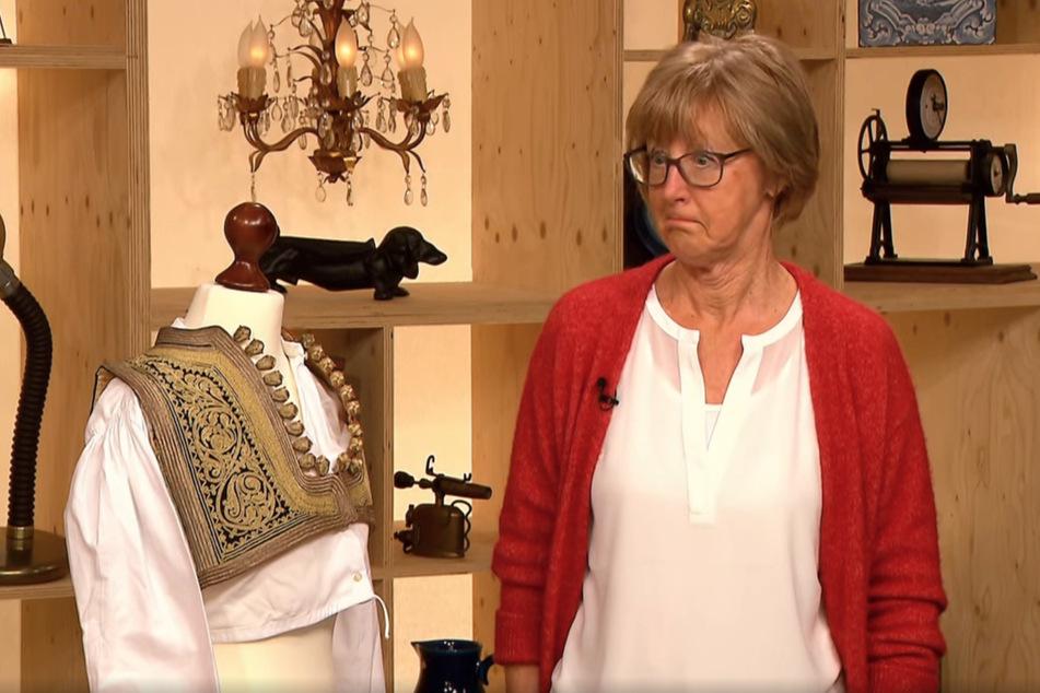Elisabeth Hakvoort (73) ist begeistert: Ihr Flohmarkt-Fund entpuppt sich als wertvolle, slawische Tracht.