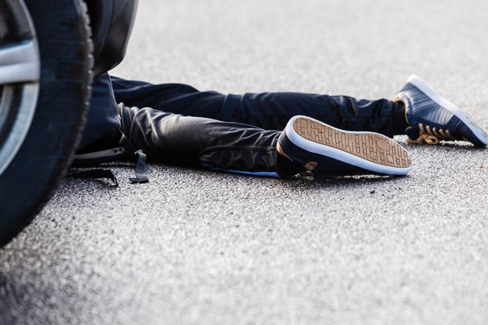 Der Mann wurde mit voller Wucht zu Boden geschleudert und blieb schwer verletzt liegen. (Symbolbild)