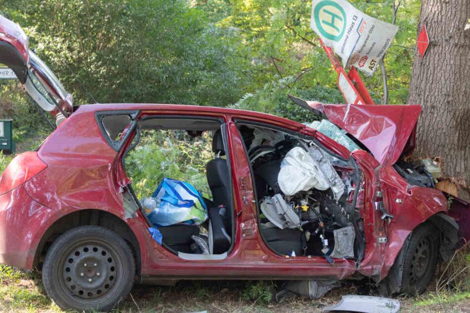 Das Fahrzeug krachte frontal gegen einen Baum.