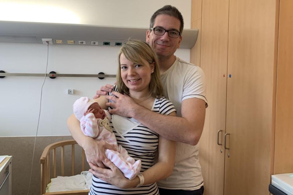 Die Eltern Christina und Constantin Bronowski präsentieren stolz ihr Neujahrsbaby Elena.