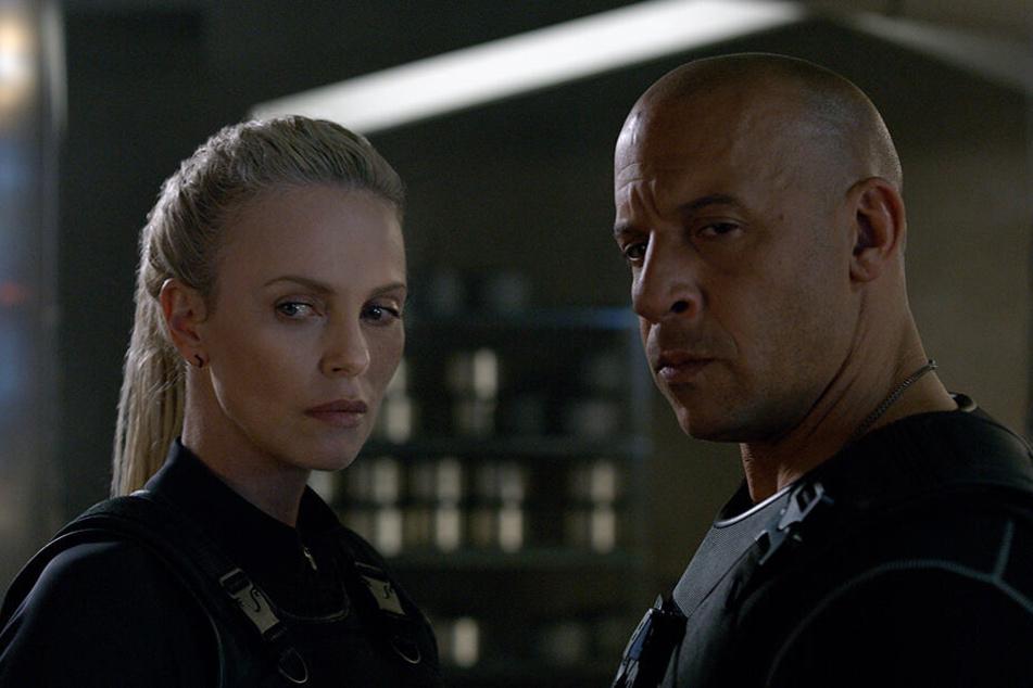 Charlize Theron und Vin Diesel vor der Kamera von Fast & Furious 8.