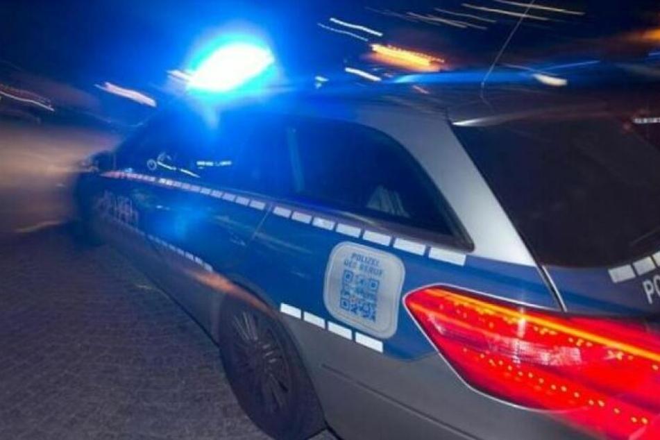 Die Polizei stoppte am Mittwochabend ein Auto, bei dem die Insassen mit ihrem Oberkörper aus den Fenstern hingen. (Symbolbild)