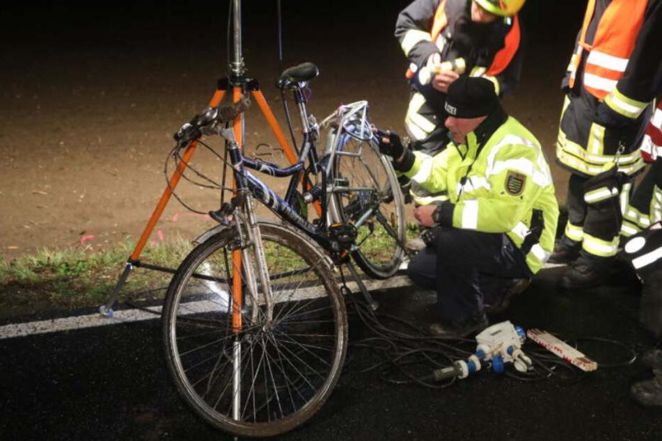 Die Beamten untersuchen das Fahrrad. Es wird nun geprüft, ob das Licht nicht ordnungsgemäß funktioniert hat.