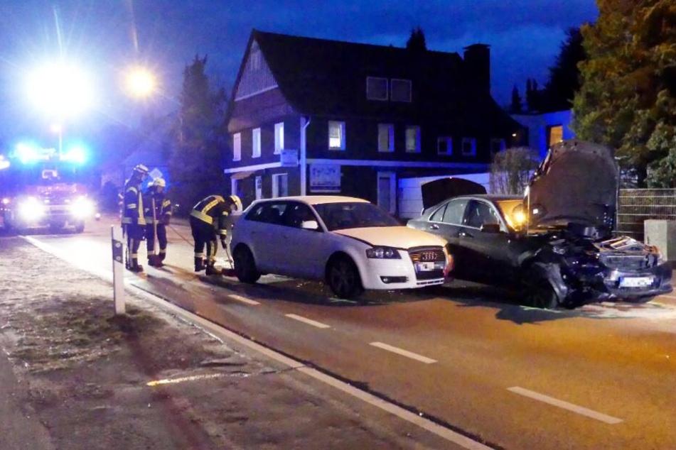 Beide Autos mussten nach dem Crash mit Totalschaden abgeschleppt werden.