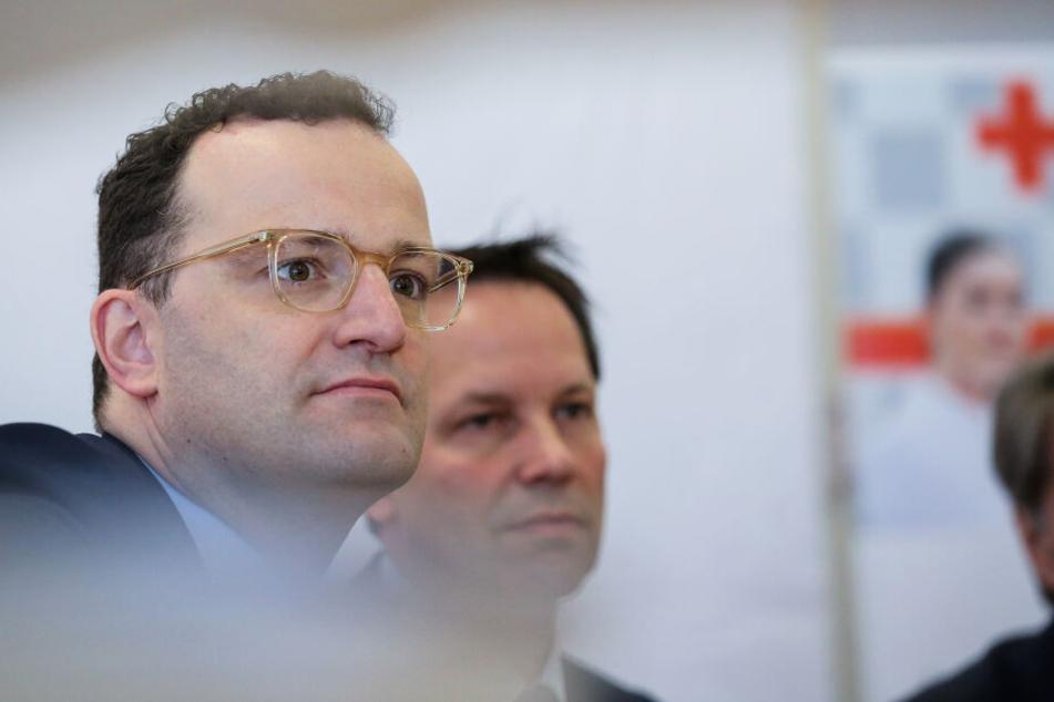 Jens Spahn (CDU, links), Bundesgesundheitsminister, und Thomas Dörflinger (CDU) hören während einer Diskussion zum Thema Notfallsanitäter einem Redner zu.