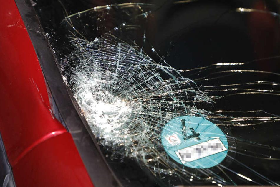 Die Fußgängerin erlitt bei dem Aufprall so schwere Verletzungen, dass sie noch am Unfallort verstarb.