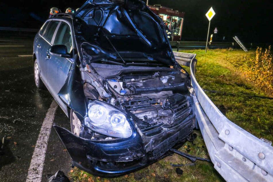 Der VW prallte gegen eine Leitplanke und blieb dort stehen.