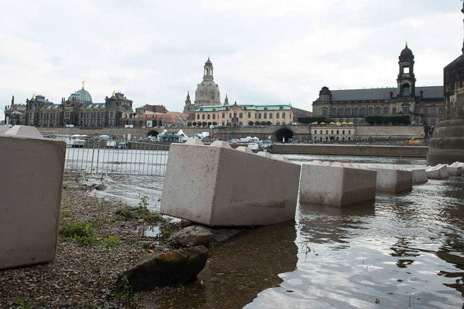 Mit schweren Steinblöcken ist der Feierbereich gegen Anschläge wie in Nizza  gesichert.