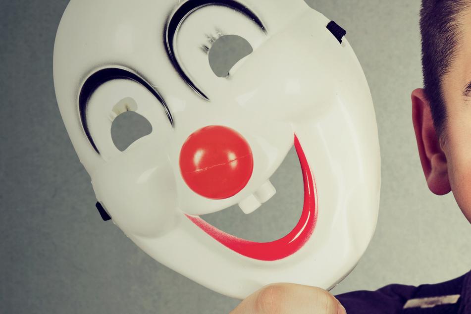 Die Polizei sucht den Mann hinter der Clownmaske. (Symbolbild)