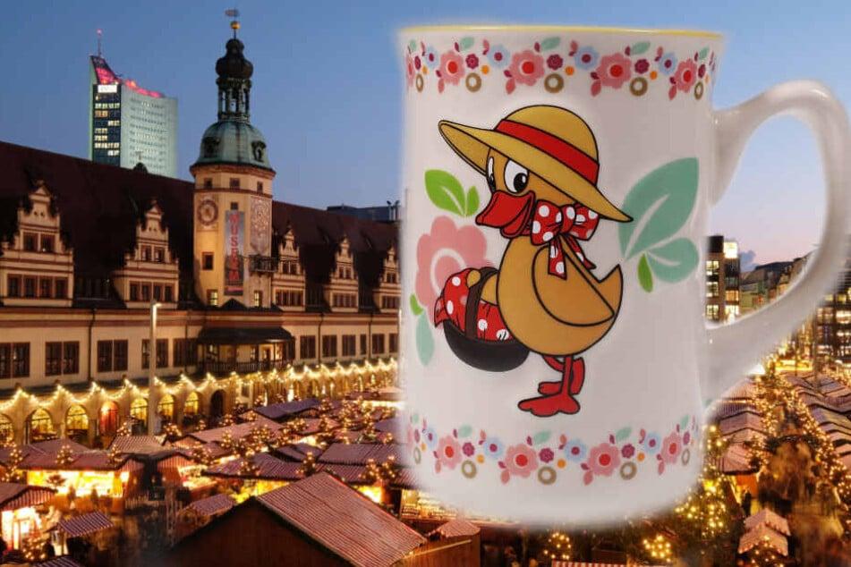 """Schnatterinchen ziert 2018 die Kindertassen des Leipziger Weihnachtsmarktes. Sie hatte 1959 ihren ersten Auftritt in der Sendung """"Meister Nadelöhr erzählt Geschichten""""."""