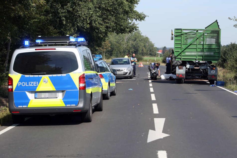 Die Polizei an der Unfallstelle. Für den Motorradfahrer kam jede Hilfe zu spät.