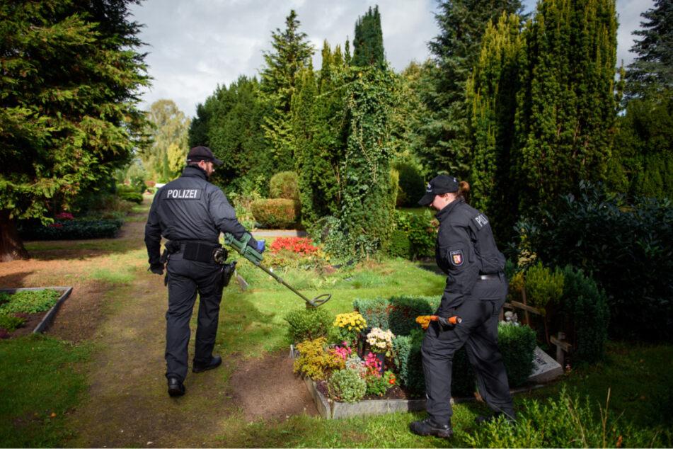 Auch auf dem Rendsburger Friedhof suchten Polizisten sogar mit einem Metalldetektor nach Spuren im Fall der getöteten Prostituierten.