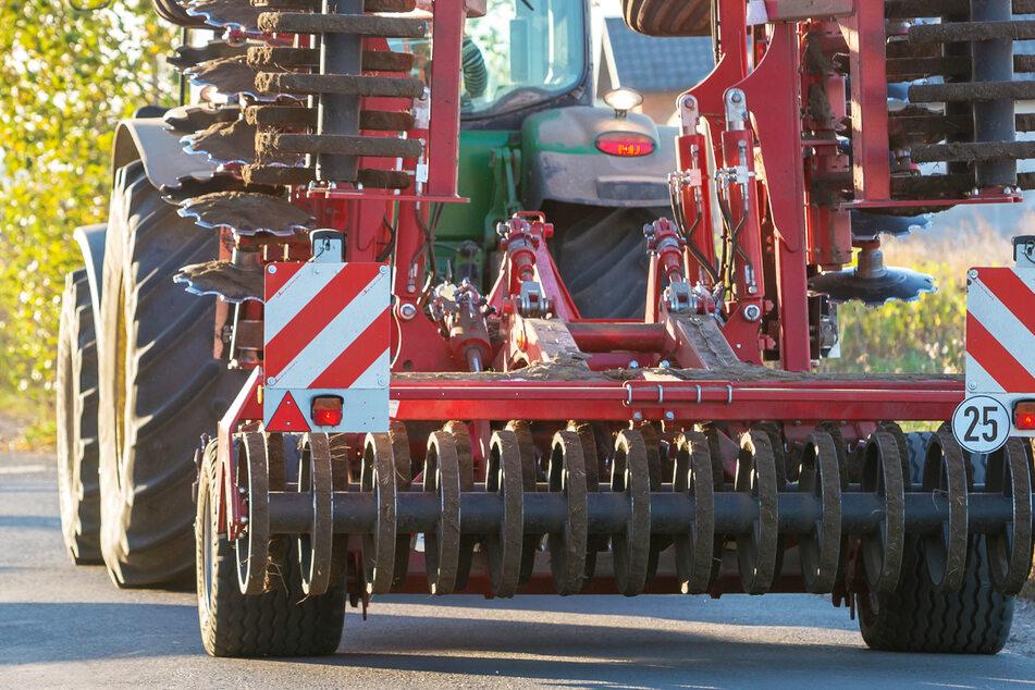 Ein betrunkener Traktorfahrer hat in Bayern mit einem Teil seines Fahrzeugs ein Auto gestreift und dieses aufgeschlitzt. (Symbolbild)