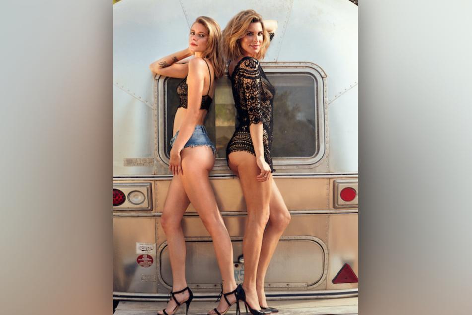 Claudelle (46) und Romy Deckert (23) posieren im Playboy zusammen vor einem Campingwagen.