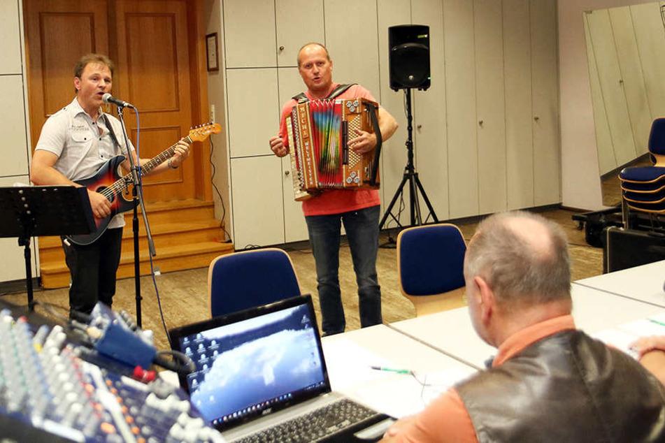 Beim Casting singt Schrödi (49, l.) ein Lied mit Michl.