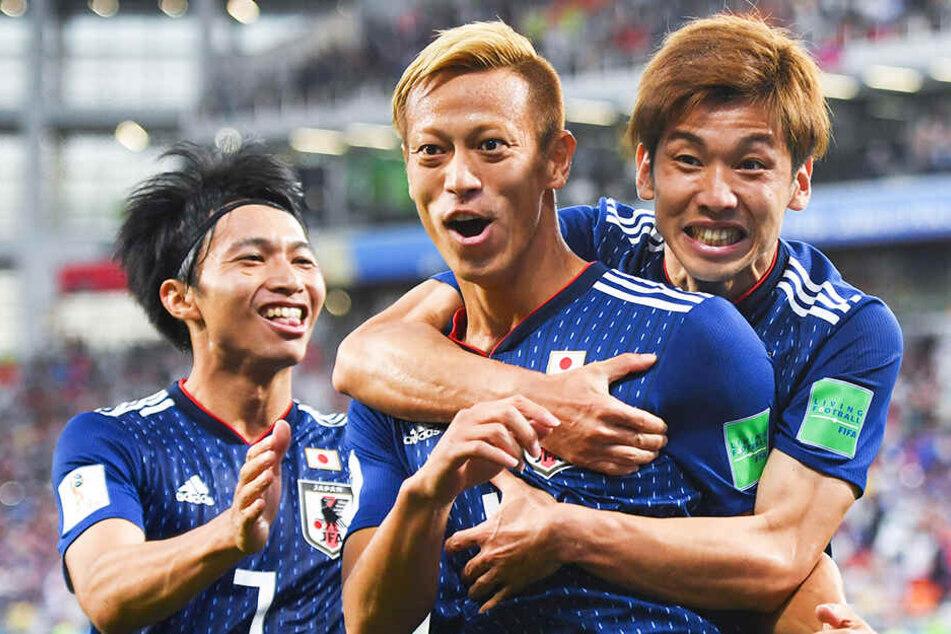 Keisuke Honda (M.) ist in Japan eine Fußballlegende und so bekannt wie ein Popstar.