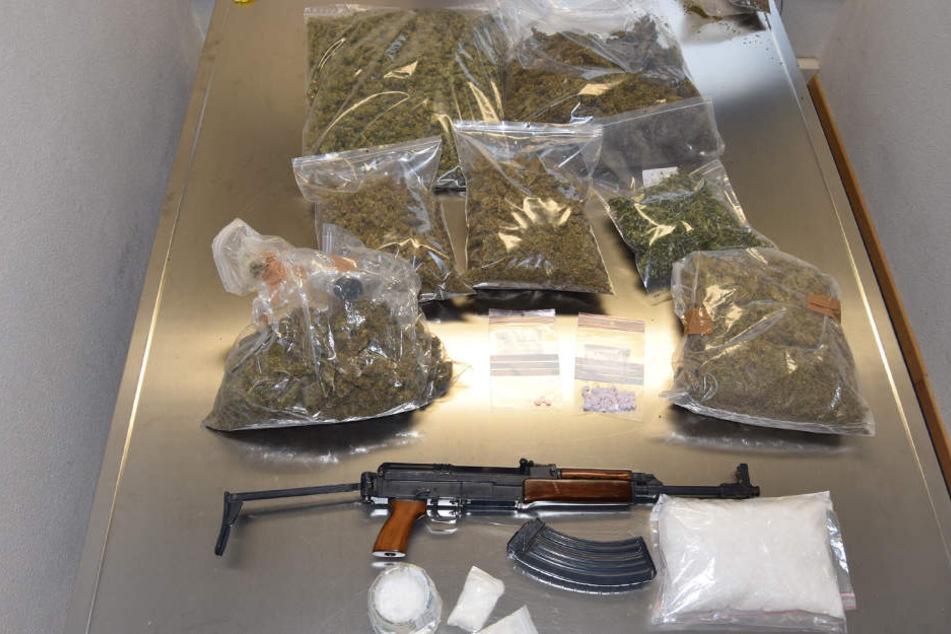 Neben den Drogen stellten die Beamten auch eine Kalaschnikow sicher.