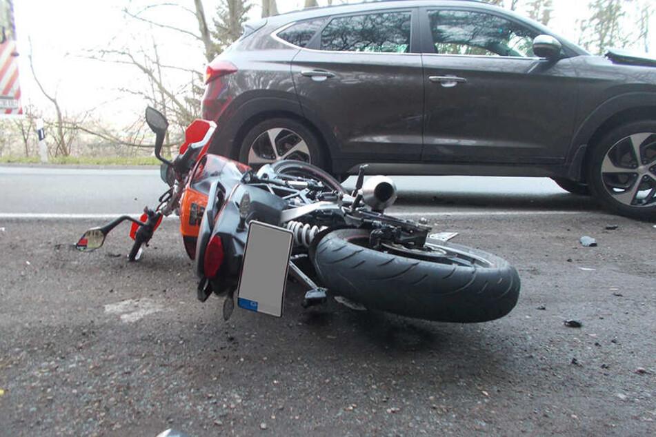 Der junge Biker (16) geriet in den Gegenverkehr und krachte mit dem grauen Hyundai zusammen.