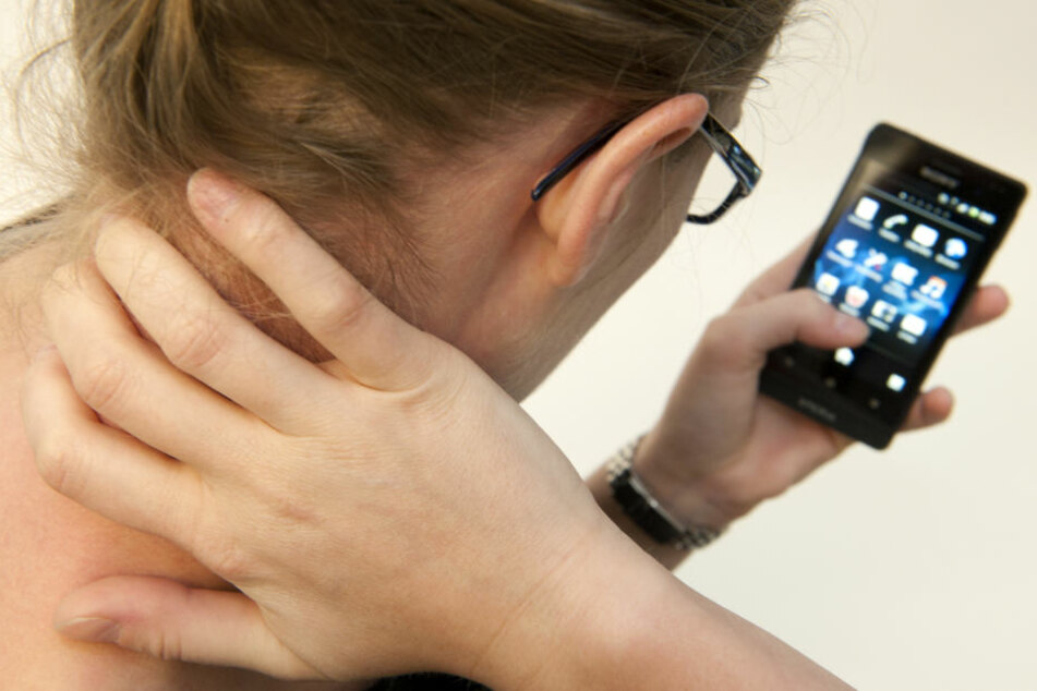 Vorne aufhören, wenn's hinten weh tut: Exzessiver Smartphonegebrauch macht auch Kopf und Nacken krank.