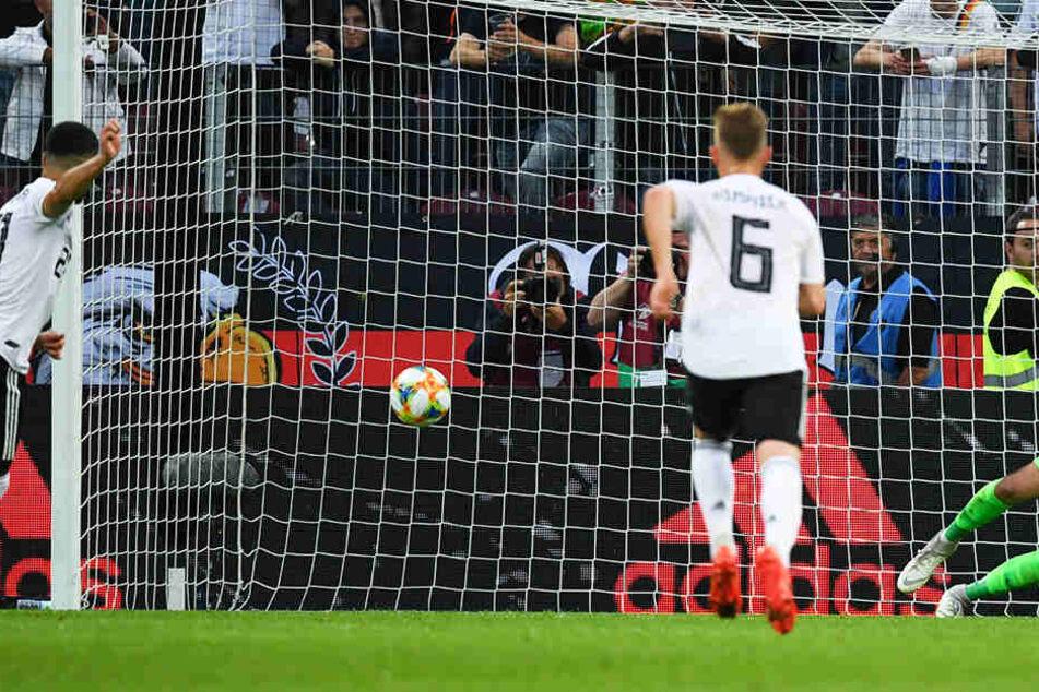 Ilkay Gündogan (l.) erzielt das 4:0 für Deutschland vom Elfmeterpunkt.