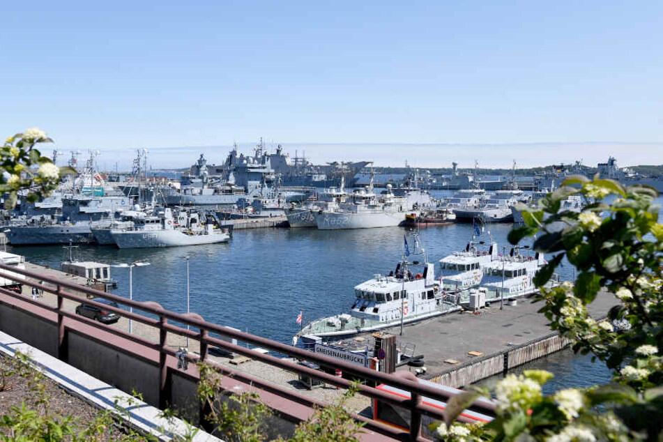 Unzählige Nato-Schiffe liegen im Marinehafen von Kiel.
