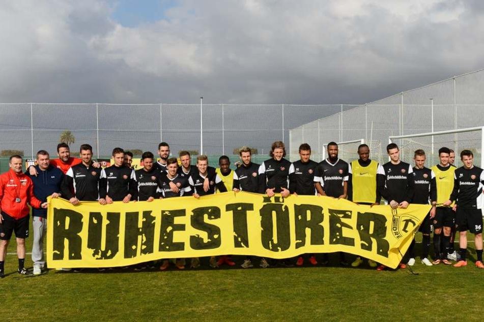 Im Januar 2015 wurde die neue Fahne im Dynamo-Trainingslager in Spanien eingeweiht. André (2.v.li.) freute sich natürlich.