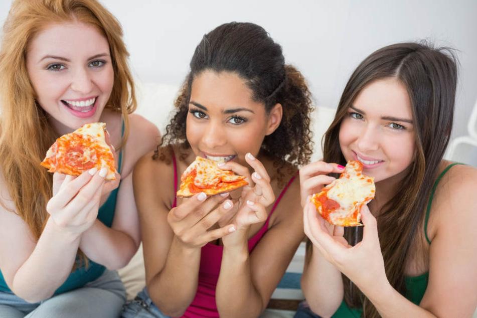 Falsch: Laut den Anwohnern aus der Pizza-Stadt Neapel essen diese Mädels ihre Stück nicht richtig.