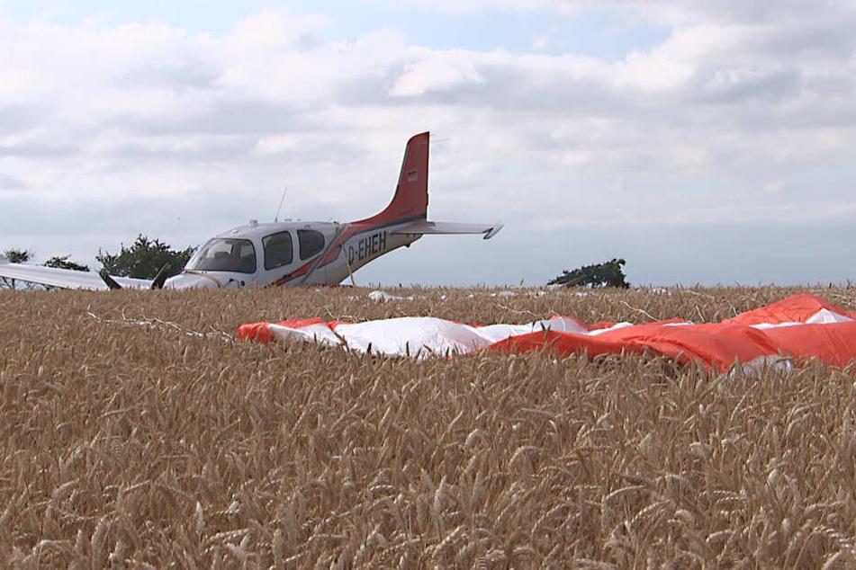 Der 56-jährige Pilot gab zunächst an, unverletzt zu sein, wurde dann aber doch mit Schmerzen in eine Klinik eingeliefert.