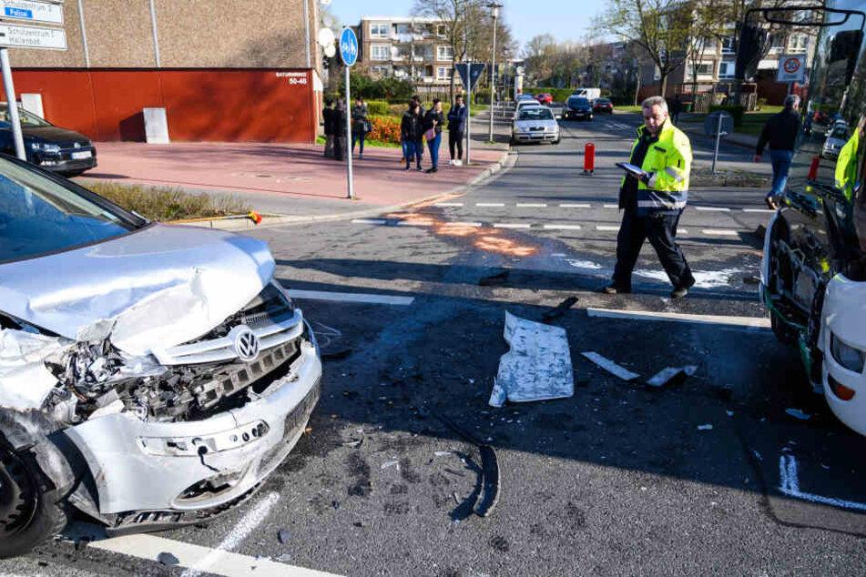 Der Autofahrer krachte beim Überholen an einer Kreuzung frontal in den Schulbus.