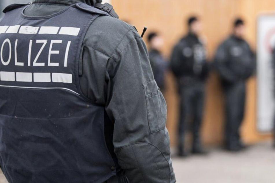 Drogen, Waffen und Bargeld: Polizei wird bei Durchsuchungen fündig!