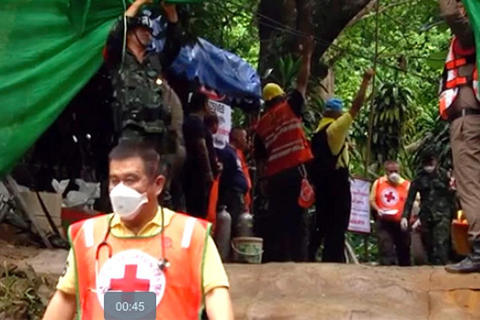 Während Helfer vor Ort die anderen eingeschlossenen Personen befreien wollen, werden die Geretteten Kinder im Krankenhaus behandelt.