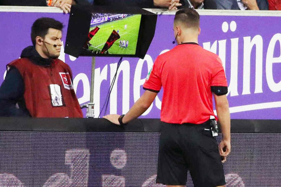 Schiedsrichter Daniel Schlager griff beim Zweitliga-Spiel zwischen dem FC Erzgebirge Aue und 1. FC Nürnberg auf den Videobeweis zurück.