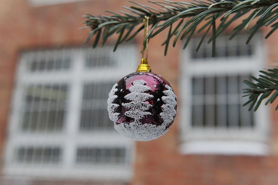 Eine Weihnachtskugel hängt vor einem Berliner Gefängnis. (Symbolbild)