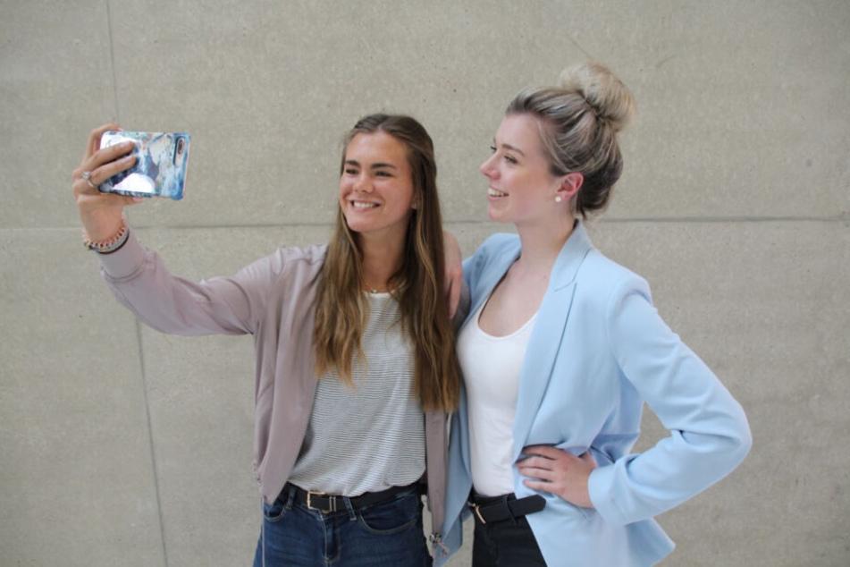 Henriette Haase (19, l.) und Anny Adler (19) kümmern sich im Team um besonders coole Fotos.
