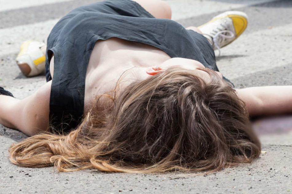 Die Frau wurde mit schwersten Verletzungen auf der Straße gefunden. (Symbolbild)