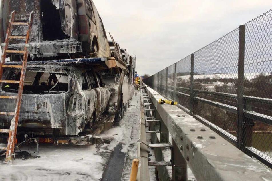Der Brand des Autotransporters auf der Autobahn 3 sorgte für einen erheblichen Schaden.