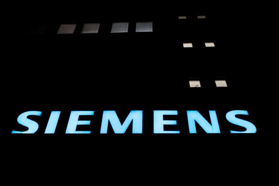 Der Industriekonzern Siemens hält trotz Protesten von Klimaschützern an einer wichtigen Zulieferung für ein umstrittenes Kohlebergwerk in Australien fest.