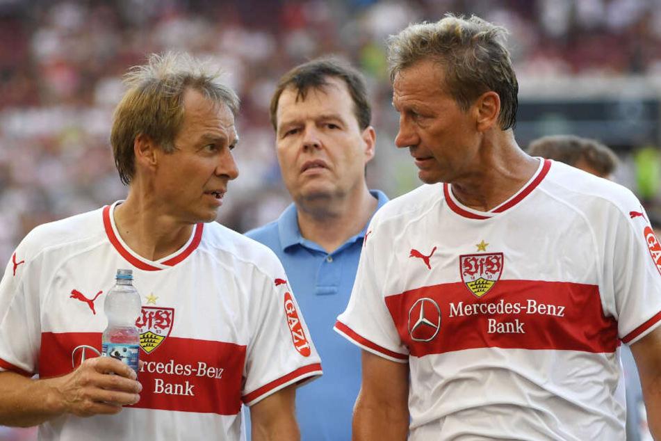 Klinsmann und Buchwald unterhalten sich nach einem Legendenspiel.