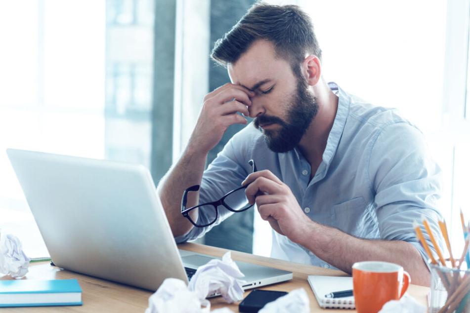 """""""Office-Eye""""-Syndrom (Büro-Auge): In Deutschland leiden 40 von 100 Menschen, die täglich länger als drei Stunden vor dem Rechner sitzen, unter Augenbeschwerden."""