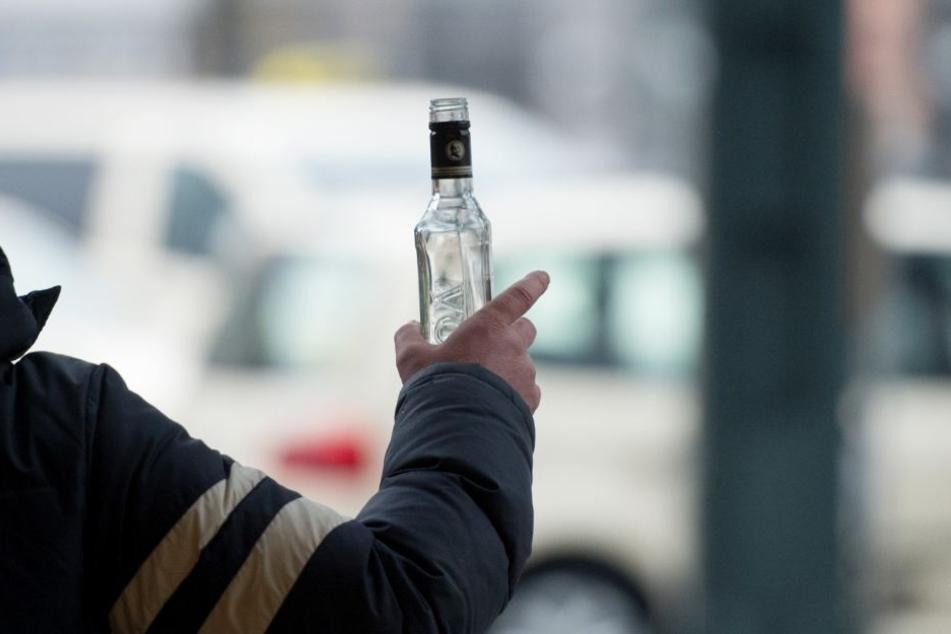 13-jährige Mädchen leeren Wodkaflasche und verlieren Orientierung