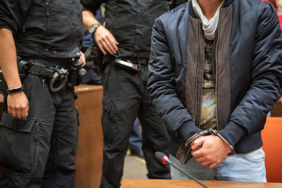 Ein Angeklagter der Bande steht im Sitzungssaal vom Landgericht München II. (Archivbild)