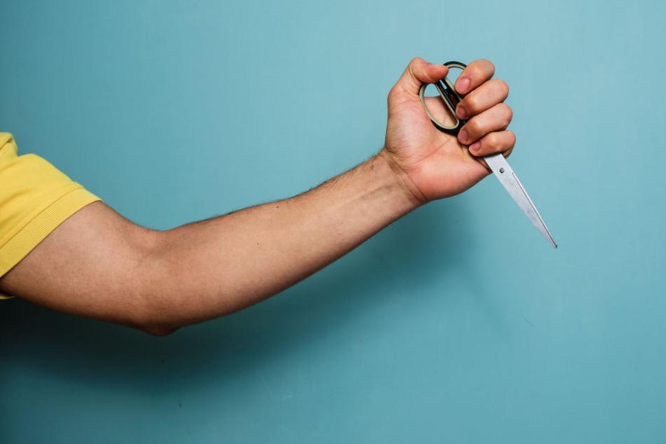 Aus Eifersucht: Mann wird von Kontrahent eingesperrt und mit Schere misshandelt