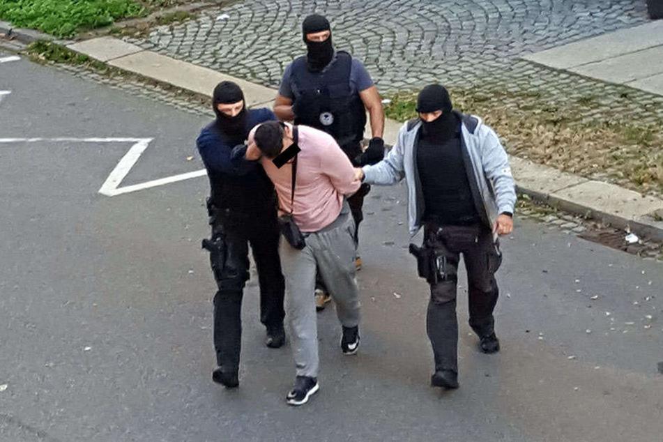 19. Oktober 2017, kurz nach 11.30 Uhr: SEK-Beamte haben Christopher F. (25) festgenommen, bringen ihn zurück zu seiner Wohnung an der Ludwig-Kirsch-Straße.
