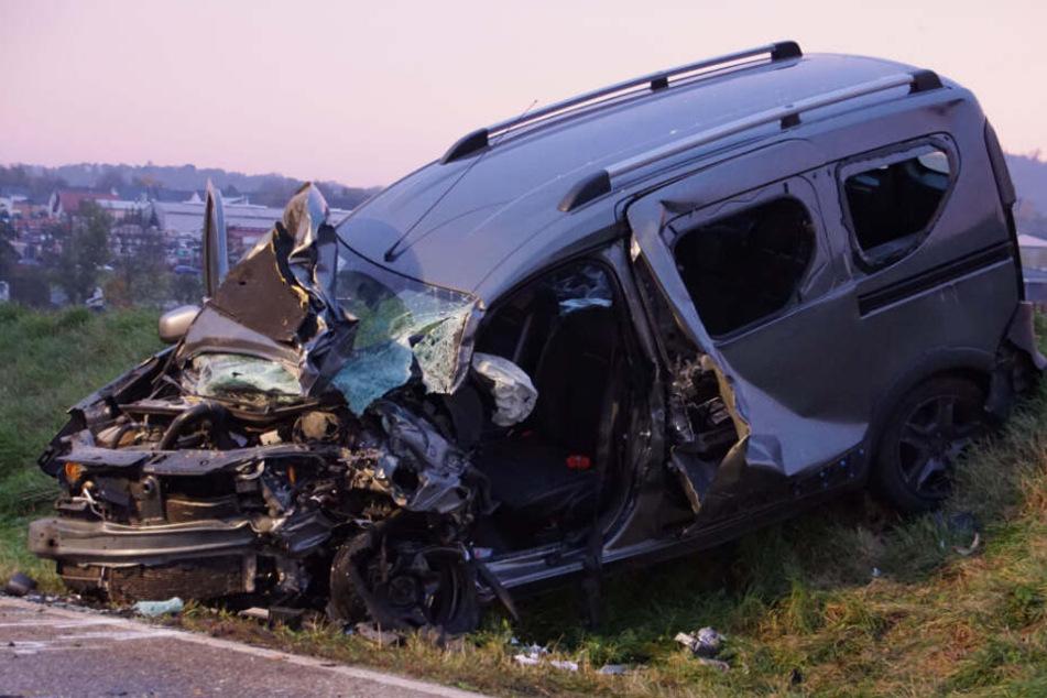 Eines der beiden völlig zerstörten Unfallwracks.