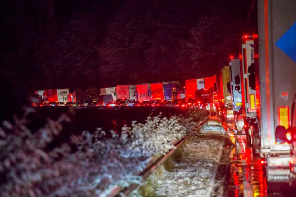 Auf Sachsens Straßen herrschte bereits am Mittwoch Chaos, hier auf den Umleitungsstraßen nach einem Unfall auf der A4 bei Wilsdruff.