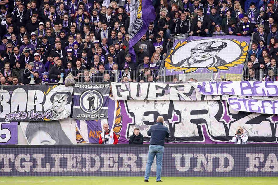 Präsident Helge Leonhardt bei seiner Rede an die Fans am letzten Heimspieltag. Er konnte ihnen mitteilen, dass der Verein gesund is